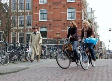 Amsterdam zakáže do roku 2030 ve městě auta se spalovacími motory, ještě dříve lodě