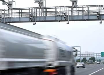 České kamionové dopravě chybí řidiči a dusí ji levná konkurence z východu. Kamiony jezdí stále kratší trasy, zakázek však mají zatím dost