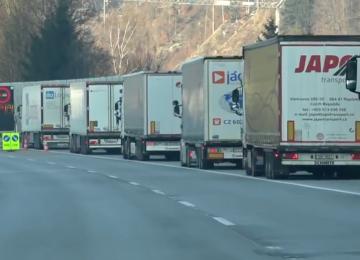 Noční můra v Tyrolsku stále pokračuje. 10 km dlouhá fronta nákladních automobilů.