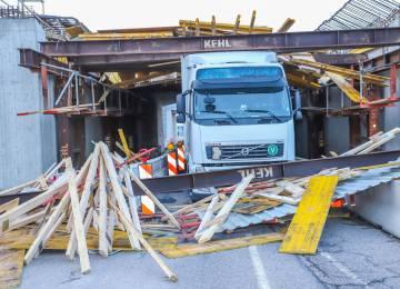 Tahač s návěsem vjel pod novou mostovou konstrukci A5 v Karlsdorfu - významné škody a nákladné záchranné práce